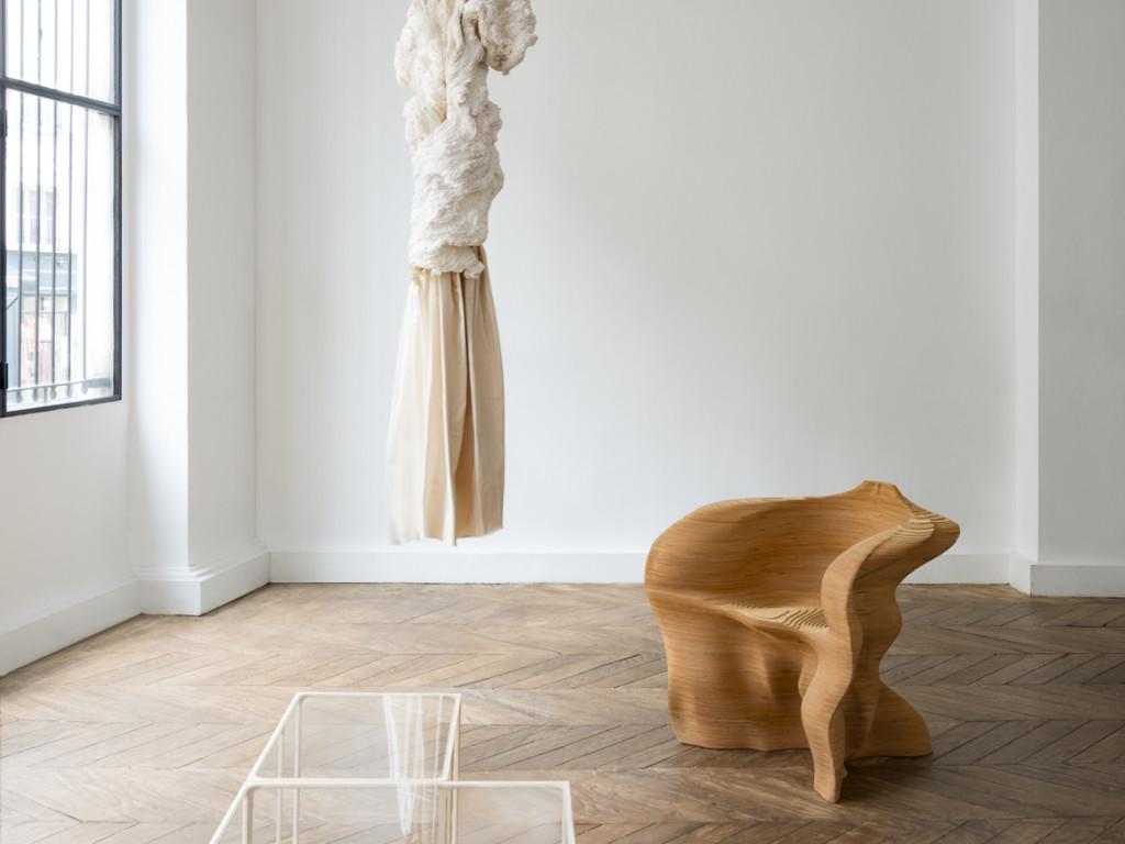 Invitation à l'ouverture du nouveau espace d'exposition de la Galerie Maria Wettergren. Oeuvres sur l'images : Column de Hanne Friis, Slice Chair de Mathias Bengtsson et tables Ratio de Rasmus Fenhann.